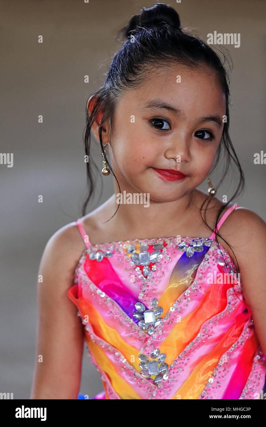 315195726a6c3 Phlilippines-October Sipalay, 13, 2016  niña vestida como una mujer adulta  asiste a la escuela local concurso de Sr.y Sra. Naciones Unidas, celebradas  en el ...