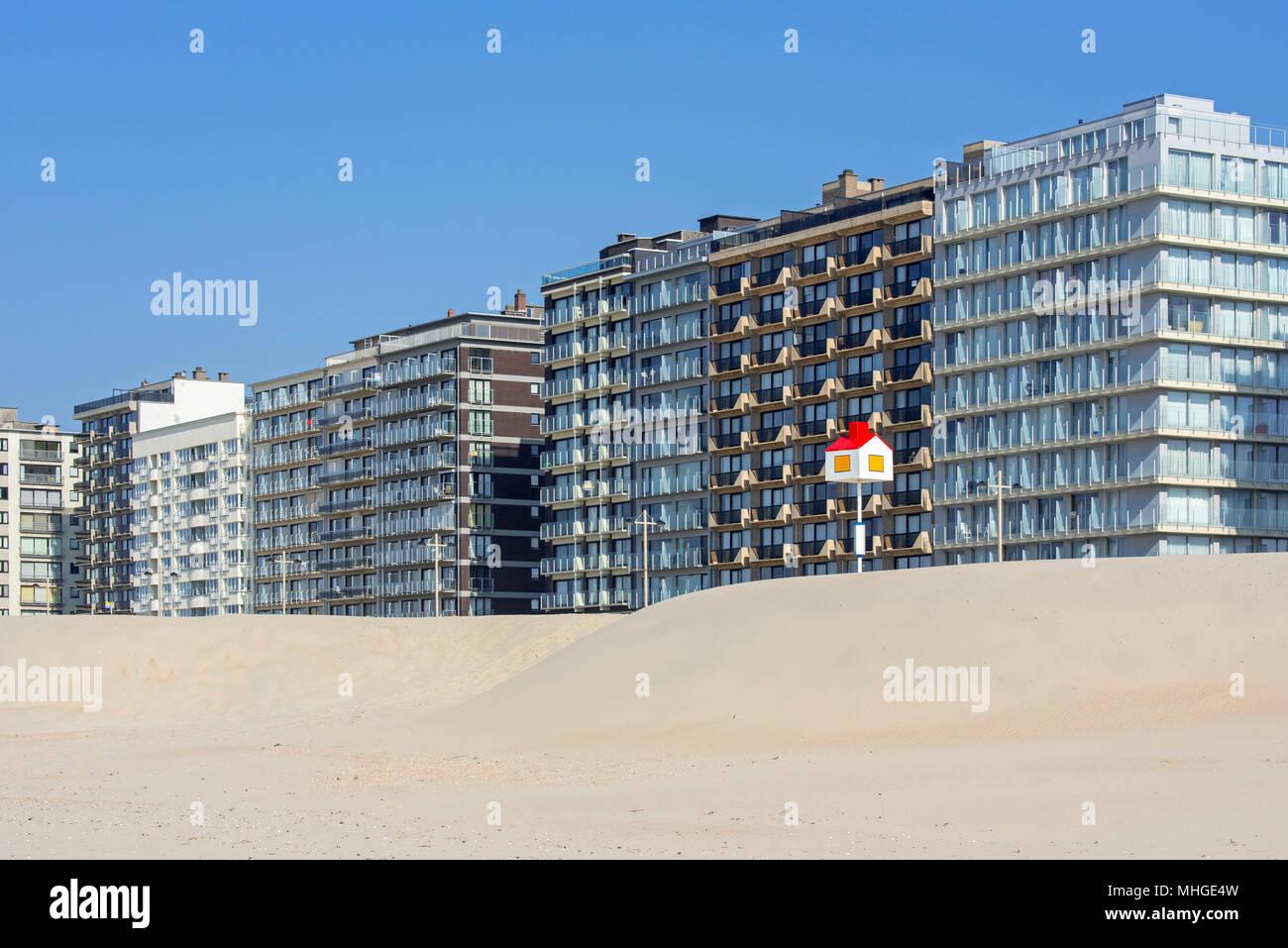 Punto de referencia en la forma de una casa para niños en la playa y Pisos / Apartamentos en Seaside Resort Middelkerke, Flandes Occidental, Bélgica Imagen De Stock