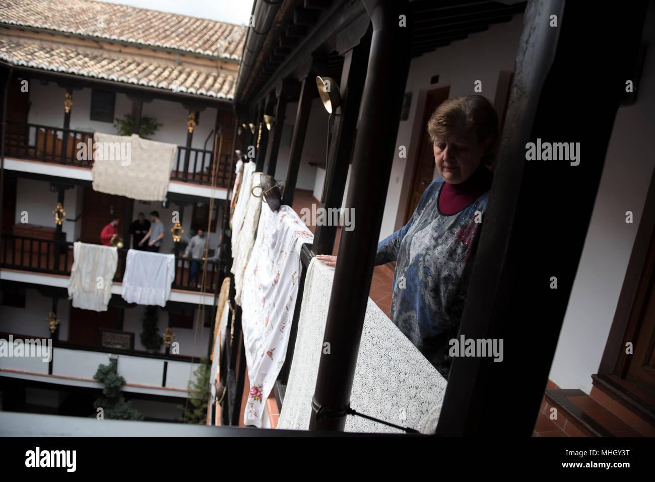Una Mujer Decora Con Mantón El Corrala De Santiago Para El