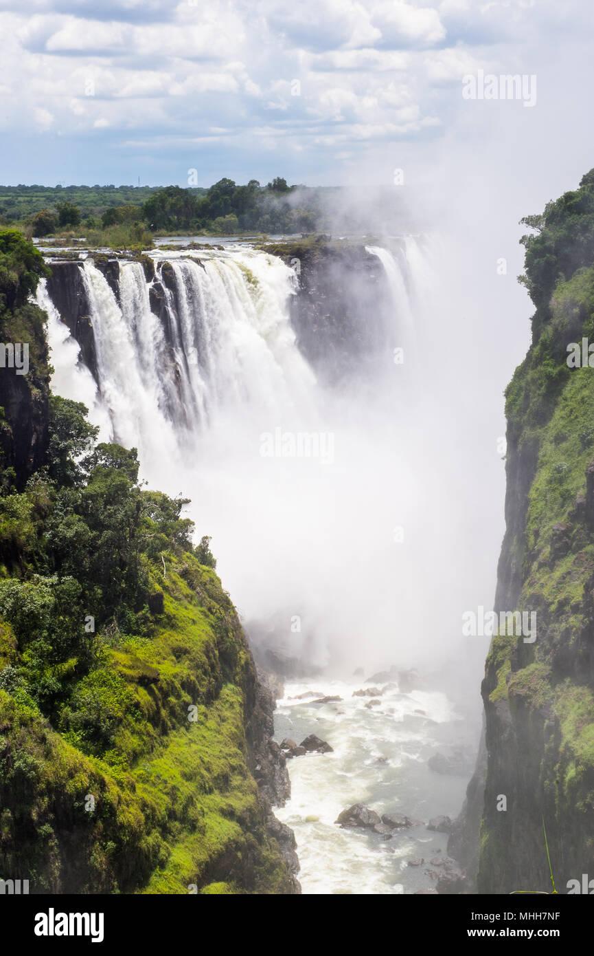 Las Cataratas Victoria, la frontera de Zambia y Zimbabwe. Patrimonio Mundial de la UNESCO Imagen De Stock