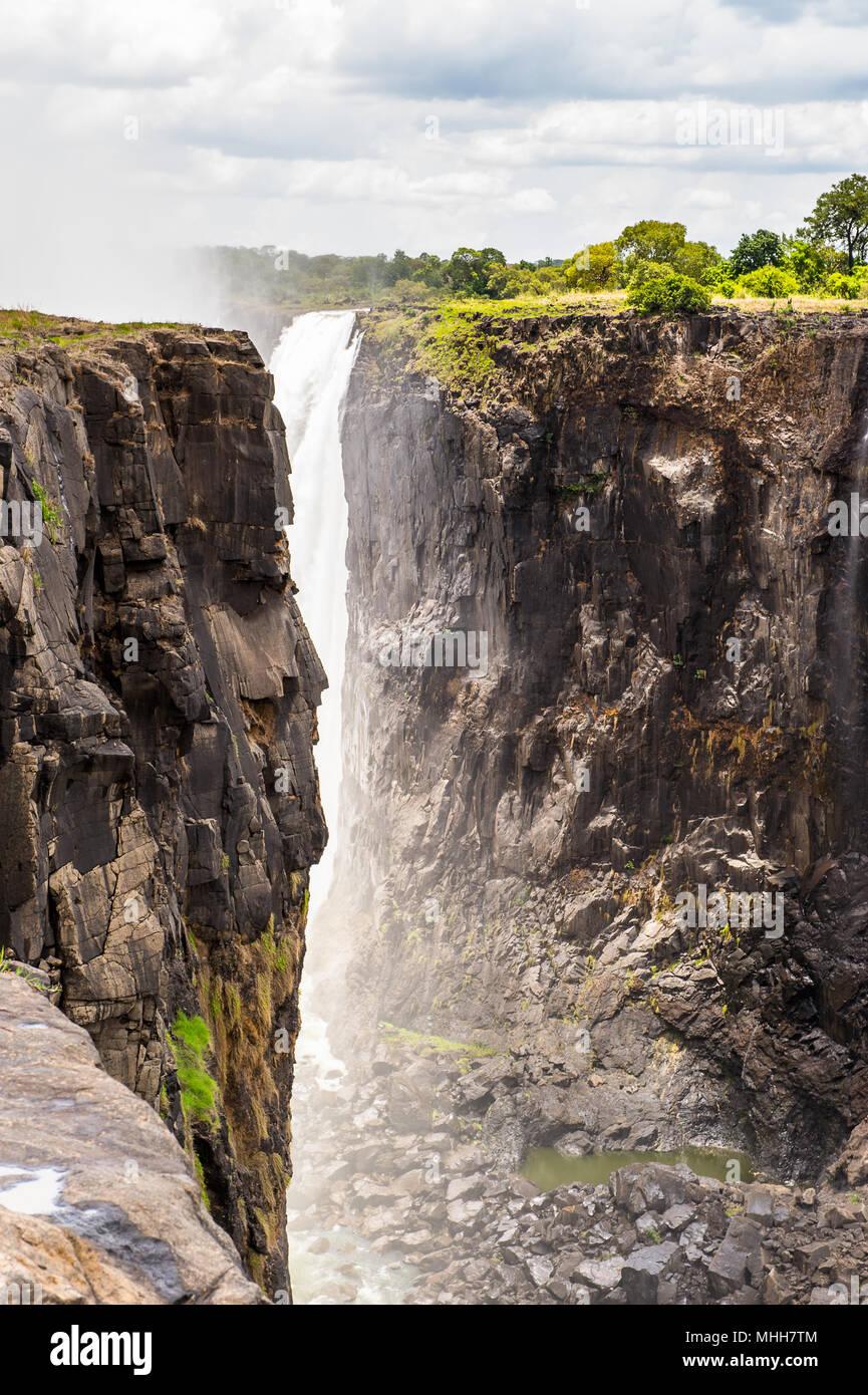 Hermosa vista de las Cataratas Victoria, la frontera de Zambia y Zimbabwe. Patrimonio Mundial de la UNESCO Imagen De Stock