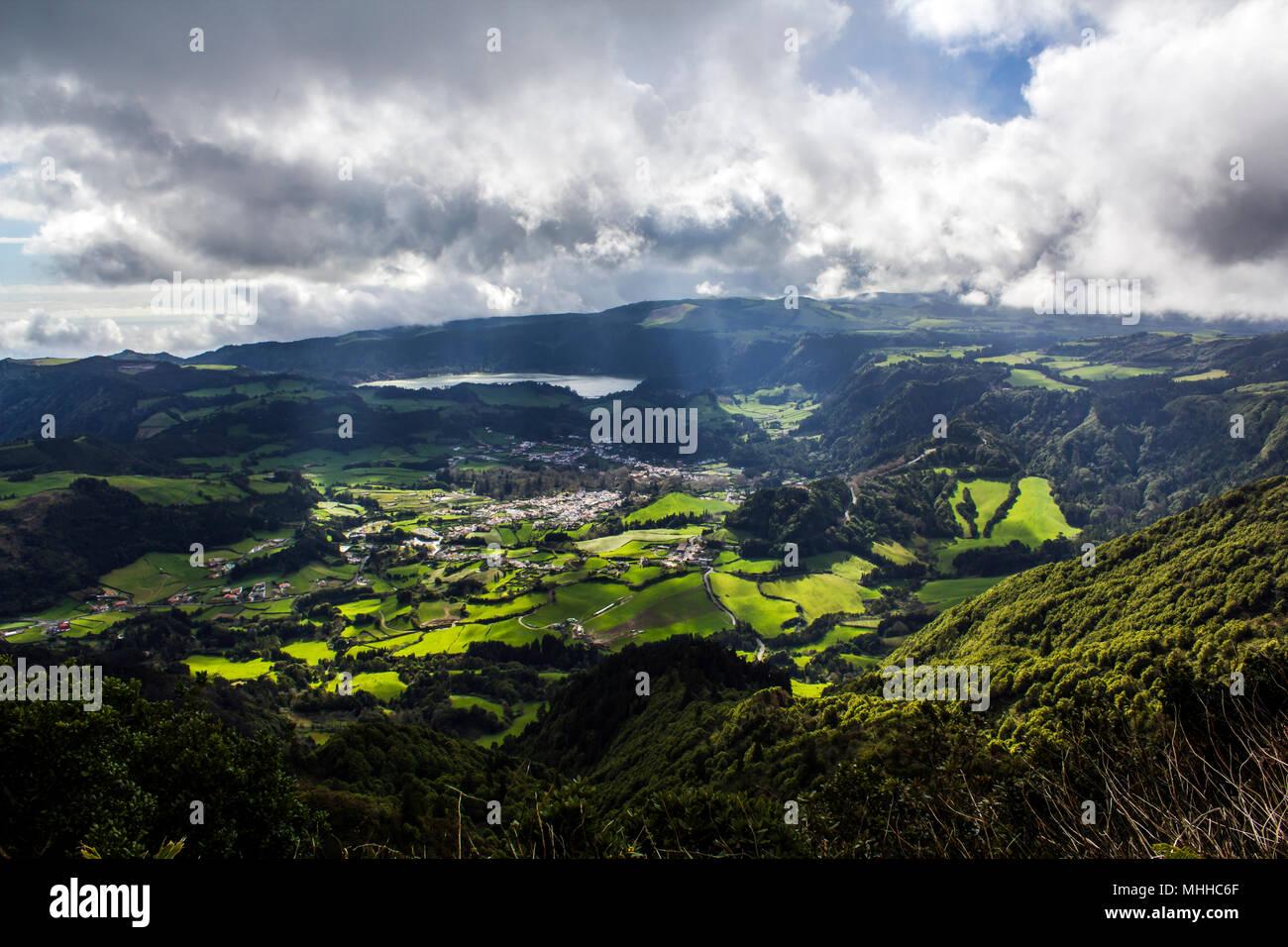 Impresionante paisaje con colinas verdes, campos agrícolas, aldeas y una laguna. Vista aérea del paisaje de las Azores Foto de stock