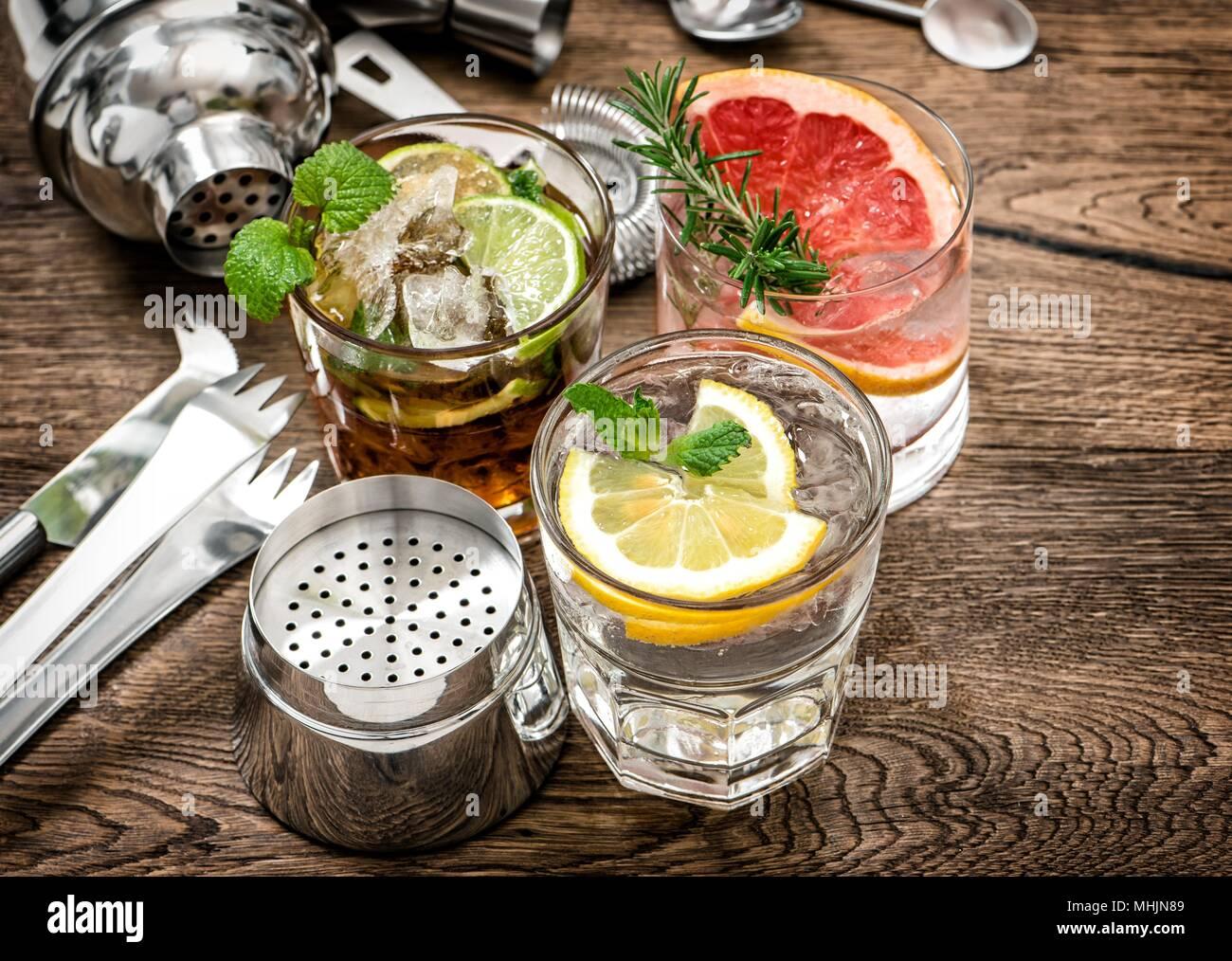 Primer plano de copas de vino contra el fondo negro de la cerveza - Cóctel de Alcohol bebidas combinadas Imagen De Stock