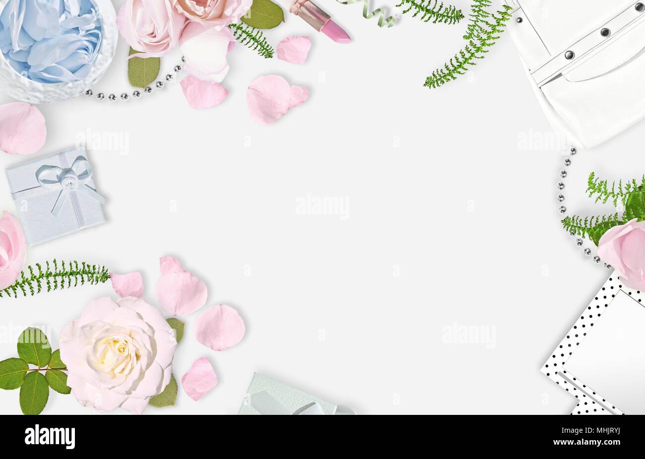 Blanco de fondo femenino. Sentar planas. Rosas rosas, espejo, bolsa blanca. Lugar para el texto. Alegre mente cada día. Día de la madre Imagen De Stock