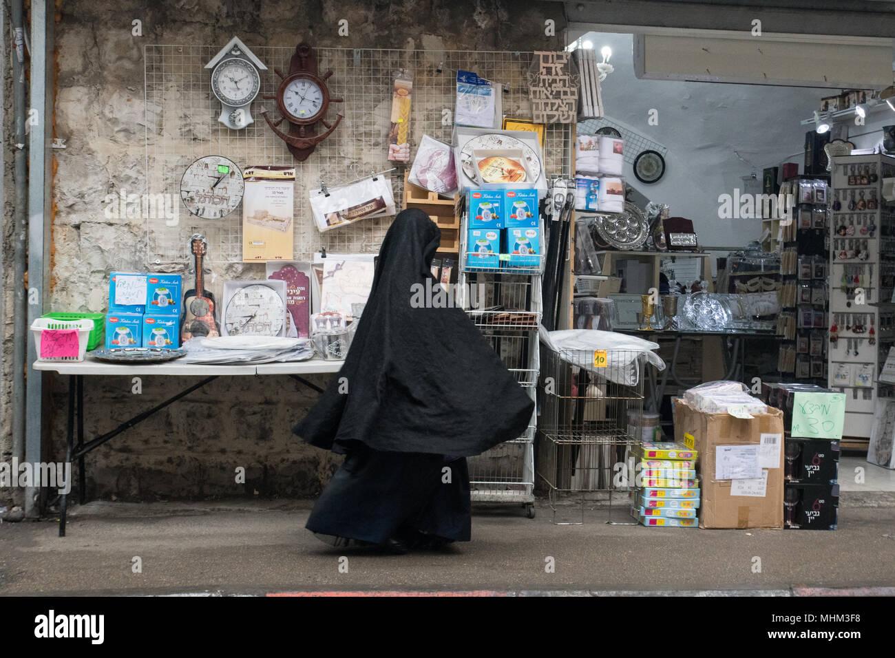 Jerusalén, Israel. El 30 de marzo, 2018. Un joven de la secta Haredi burqa caminando En Mea Shearim vecindario. Foto de stock