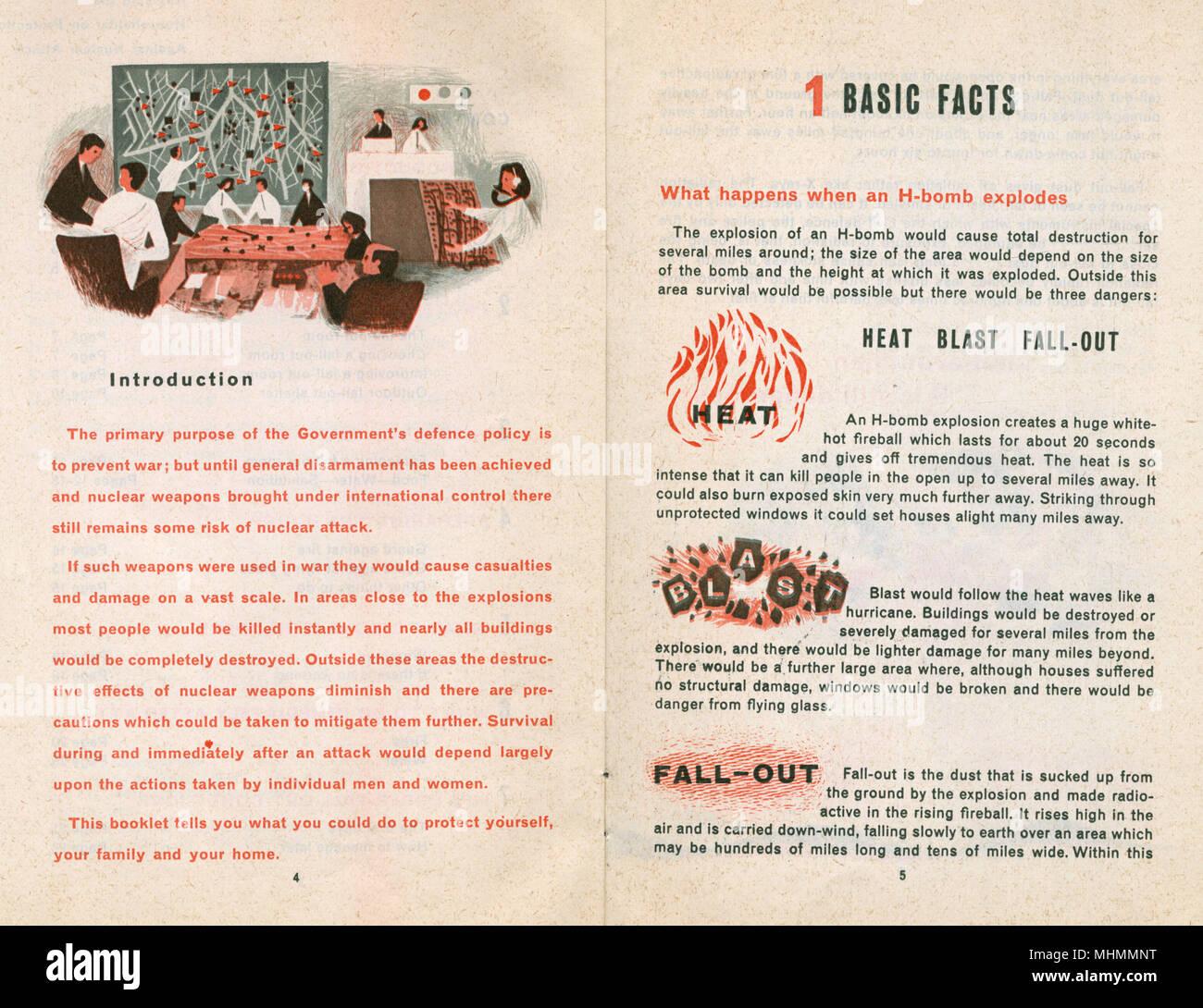 Introducción manual de defensa civil y los hechos, las páginas 4 y 5. Pone de relieve los acontecimientos a raíz de una explosión de la bomba H. Imagen De Stock