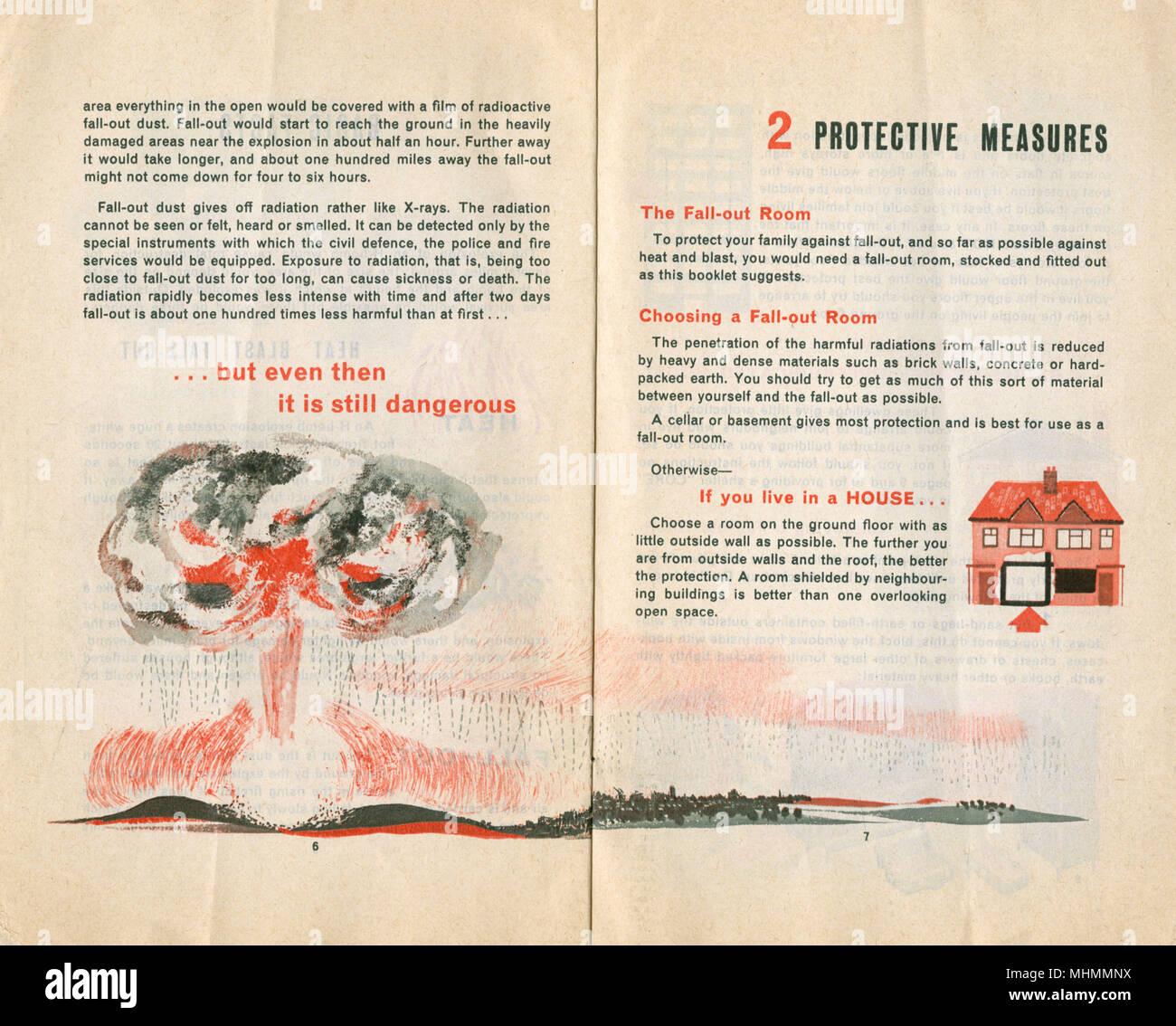 Manual de Defensa Civil con la continuación de los hechos básicos, e instrucciones para medidas de protección en caso de un ataque. Imagen De Stock