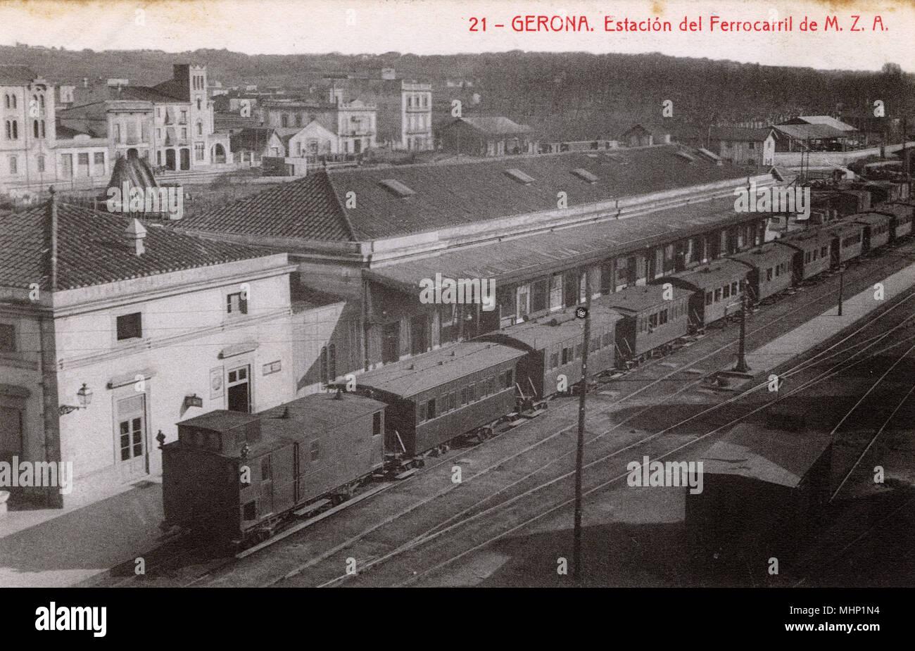 Vista aérea de la estación de ferrocarril, Girona, Cataluña, España. Fecha: circa 1908 Imagen De Stock