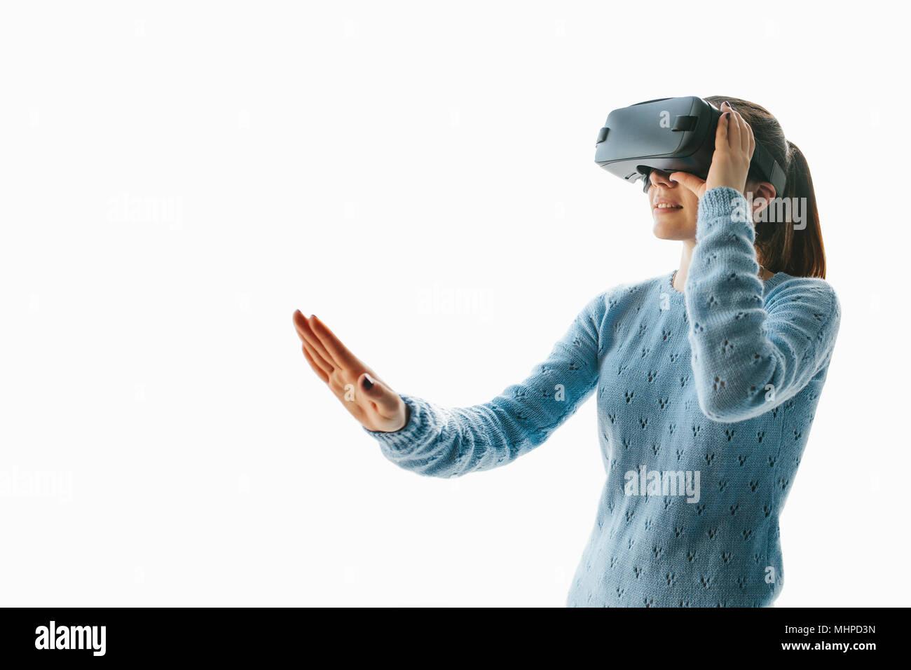 Una joven mujer hermosa en gafas de realidad virtual vio algo increíble. Las tecnologías modernas. Foto de stock