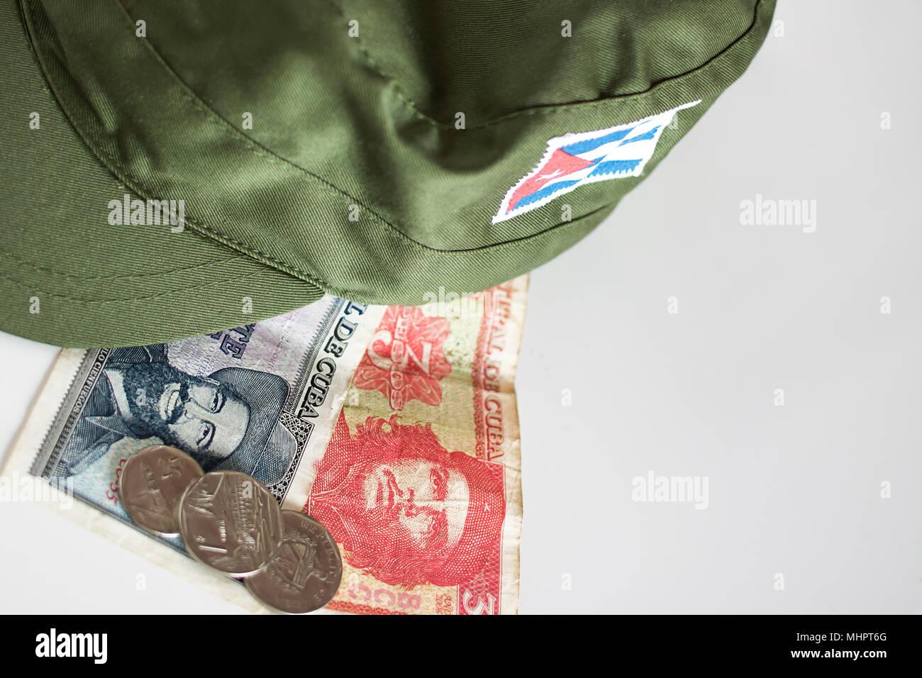Algunos pesos cubanos con héroes icono de Guevara y Cienfuegos y gorra  militar Imagen De Stock 375ff64fb7e