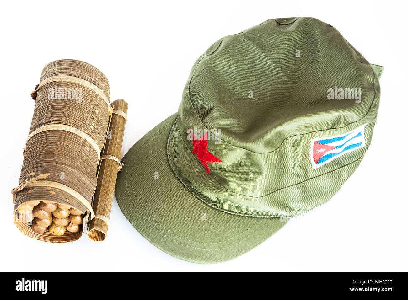 Algunos Cigarros Puros Cubanos Habanos enrollados en hoja de plátano y gorra  militar con la estrella 922f9360206