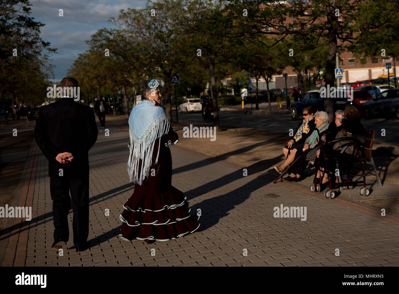 Una Mujer Vistiendo Traje De Flamenca Típico Visto Caminando
