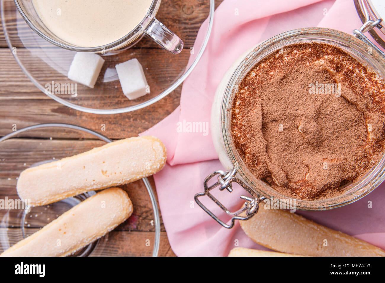 Tiramisú, galletas savoiardi con mug Imagen De Stock