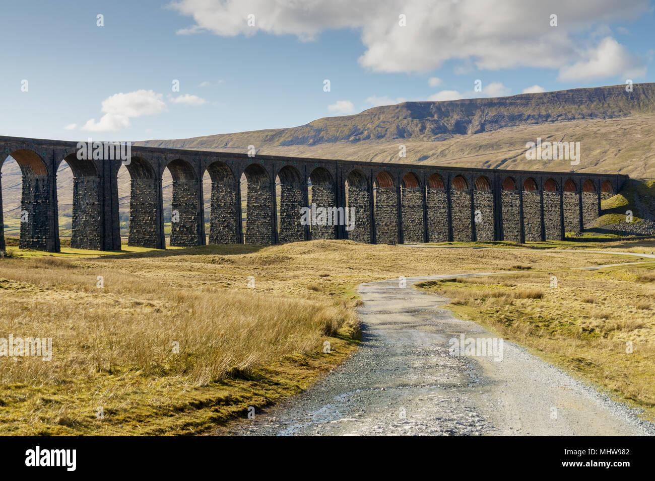 La Ribblehead Viaduct y del camino que conduce a ella. Imagen De Stock