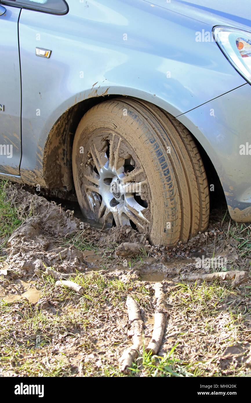 Cloe de la rueda de un Vauxhall Corsa atascado en el barro. Imagen De Stock