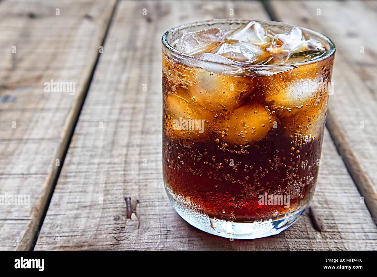 Un Vaso De Coca Cola Con Hielo En Placa De Madera Foto Imagen De
