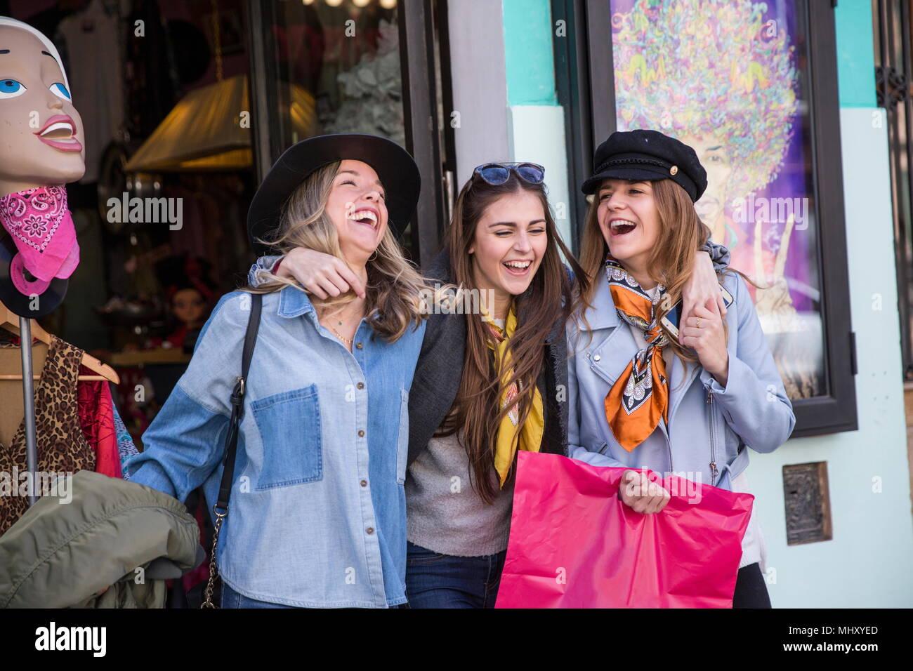 Tienda de ropa dejando amigos sonriendo Imagen De Stock