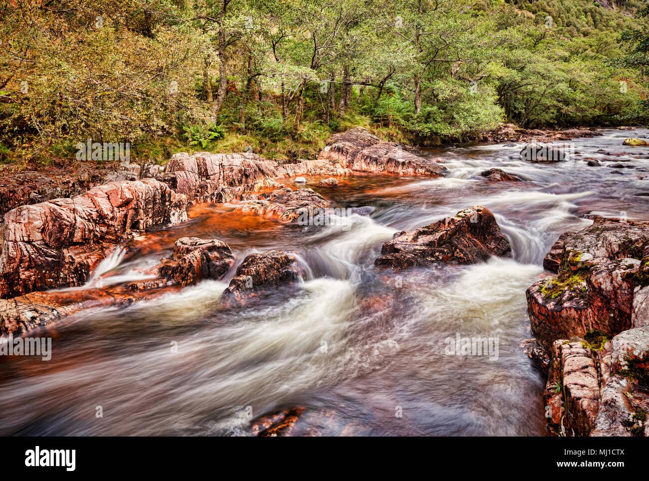 El agua de Nieves por encima del Lower Falls, en Glen Nevis, Highlands, Escocia. Imagen De Stock