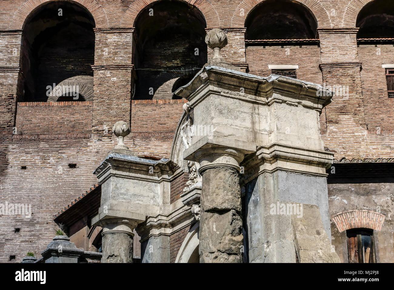 Salaria Gate (Porta Salaria) parte de la Muralla Aureliana (Mura Aureliane), construida por el emperador Aureliano en el siglo III AD. Imperio Romano. Roma, Italia. Imagen De Stock