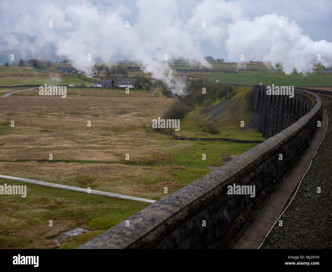 Tren de vapor, la Dalesman, 48151, Carnforth a Carlisle cruzando la línea de la Costa Oeste Ribblehead viaduct, North Yorkshire Foto de stock