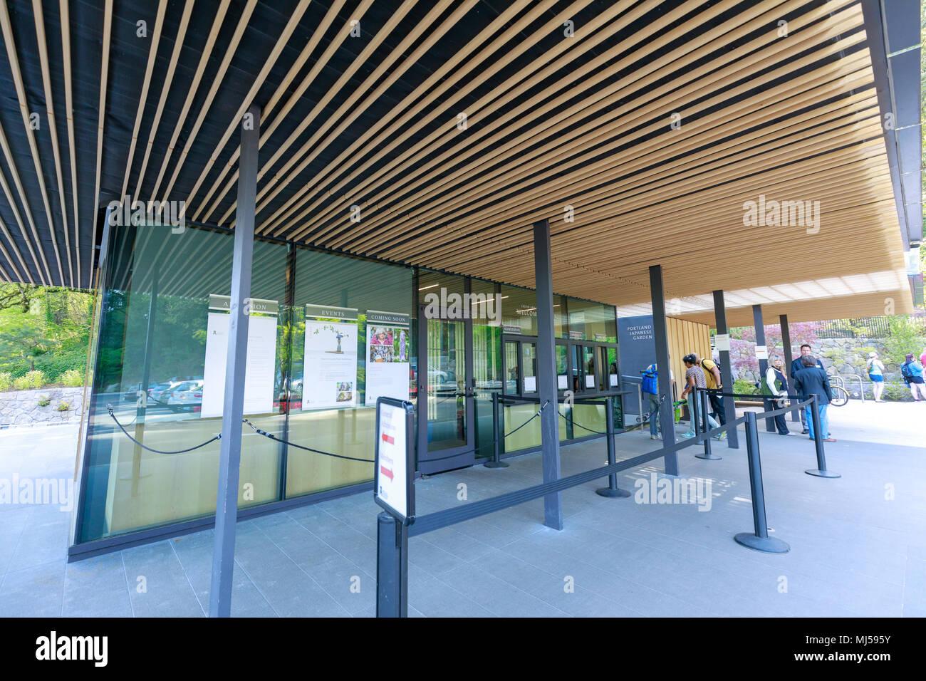 Portland, Oregon, USA - Abril 26, 2018: La entrada principal de Portland Jardín Japonés en primavera Foto de stock