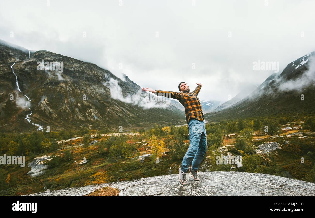 Hombre feliz disfrutando la vista horizontal bosque neblinoso montañas aventura viajes vida sana concepto de vacaciones activas en Noruega Imagen De Stock