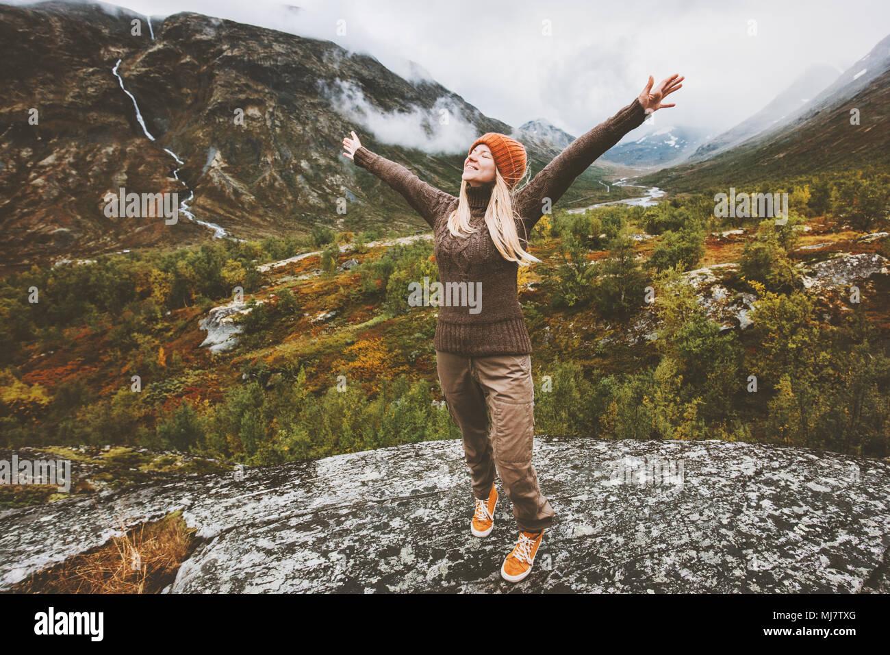 Mujer feliz viajero manos levantadas caminando en las montañas de bosque aventura Viajes Vacaciones en concepto de estilo de vida saludable Imagen De Stock