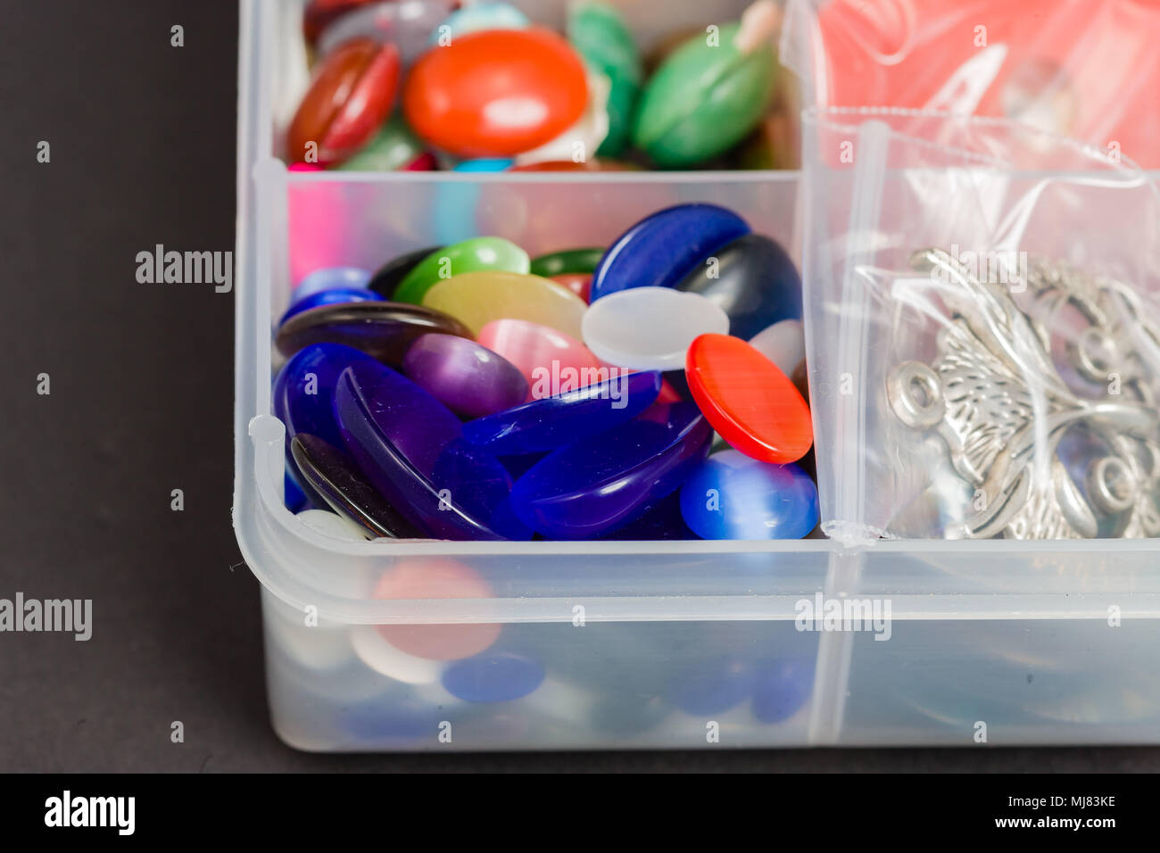 1e278aa1a632 Montones de plástico multicolor botones utilizados para crear joyas Imagen  De Stock