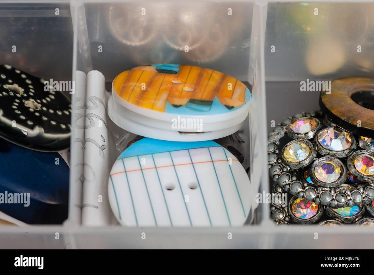 62d683d3fa79 Varias telas botones plásticos utilizados para crear joyas Imagen De Stock