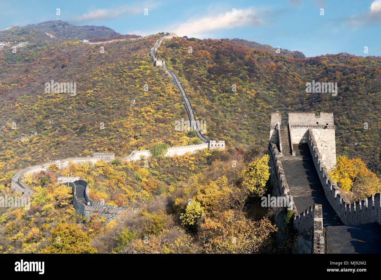 La gran muralla china vista lejana torres comprimido y segmentos de pared temporada de otoño en las montañas cerca de Beijing antigua fortificación militar chino l Imagen De Stock