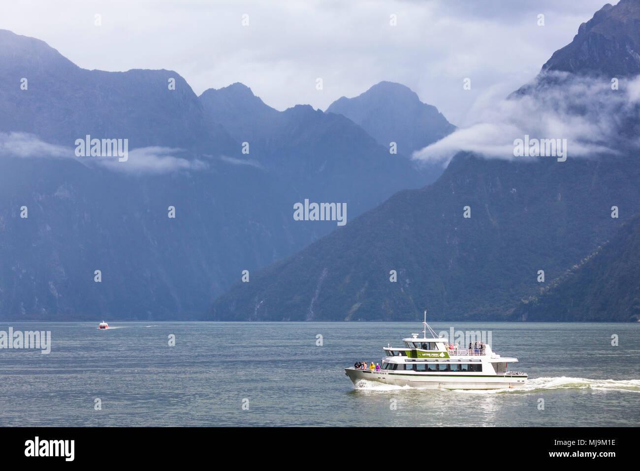 Milford Sound Milford Sound Nueva Zelanda viaje en barco por el fiordo Milford Sound turistas regresan a la terminal del Crucero Milford Sound nueva zelanda, Isla del Sur, Nueva Zelanda Imagen De Stock