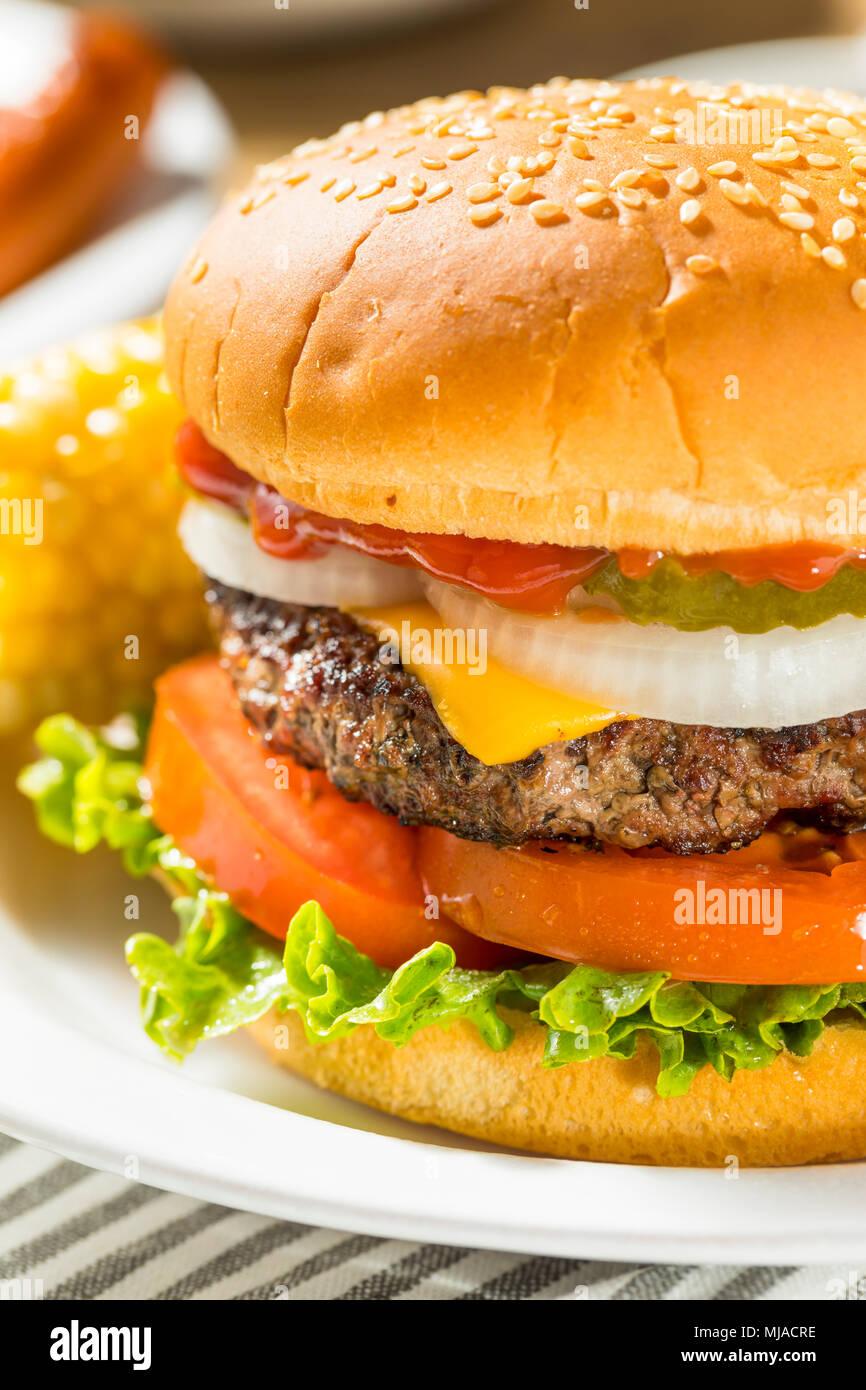 El Memorial Day Backyard Babecue comida con hamburguesas perros calientes ensaladas y patatas fritas Foto de stock