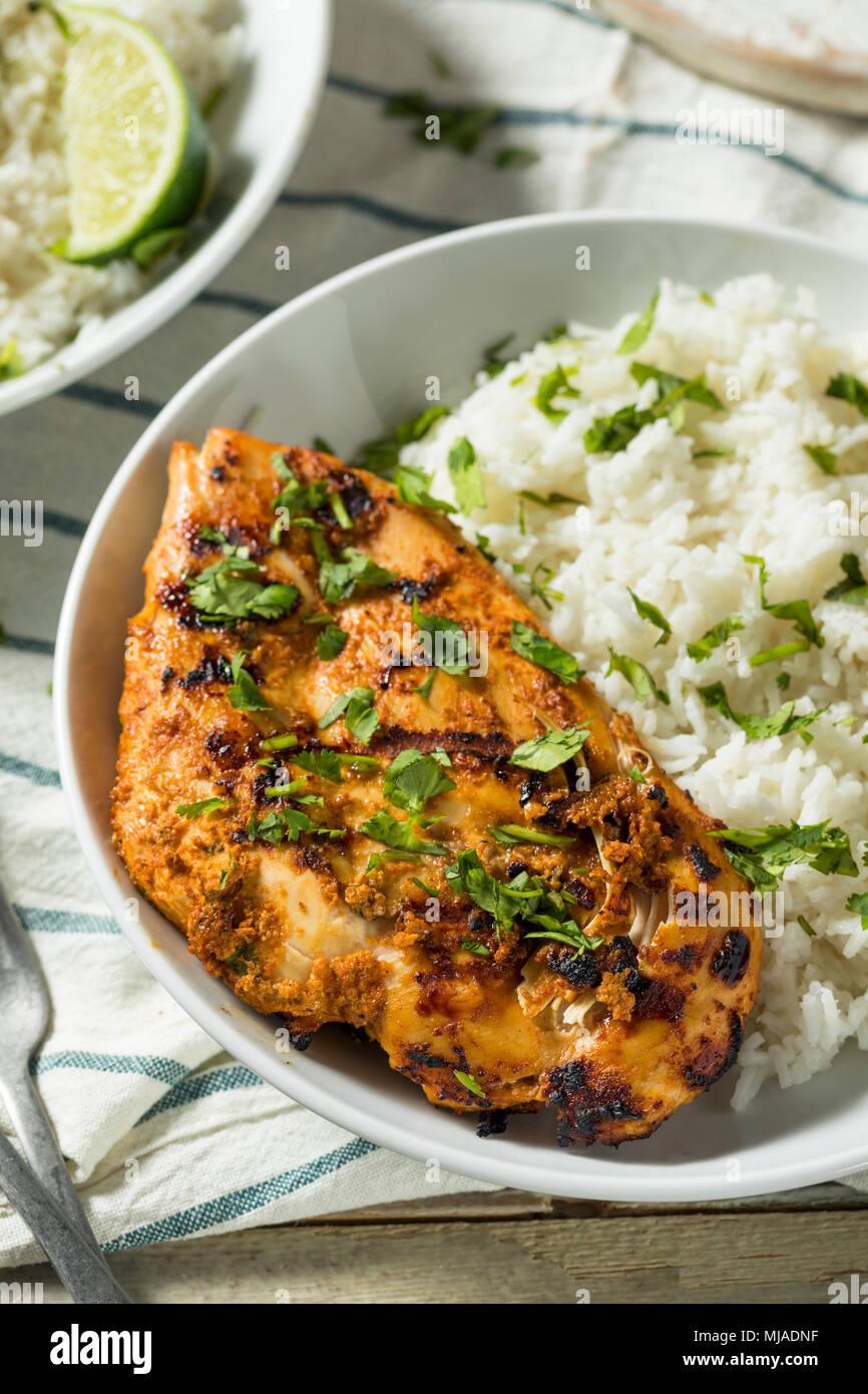 Pollo Tandoori indio casero con arroz y pan naan Imagen De Stock