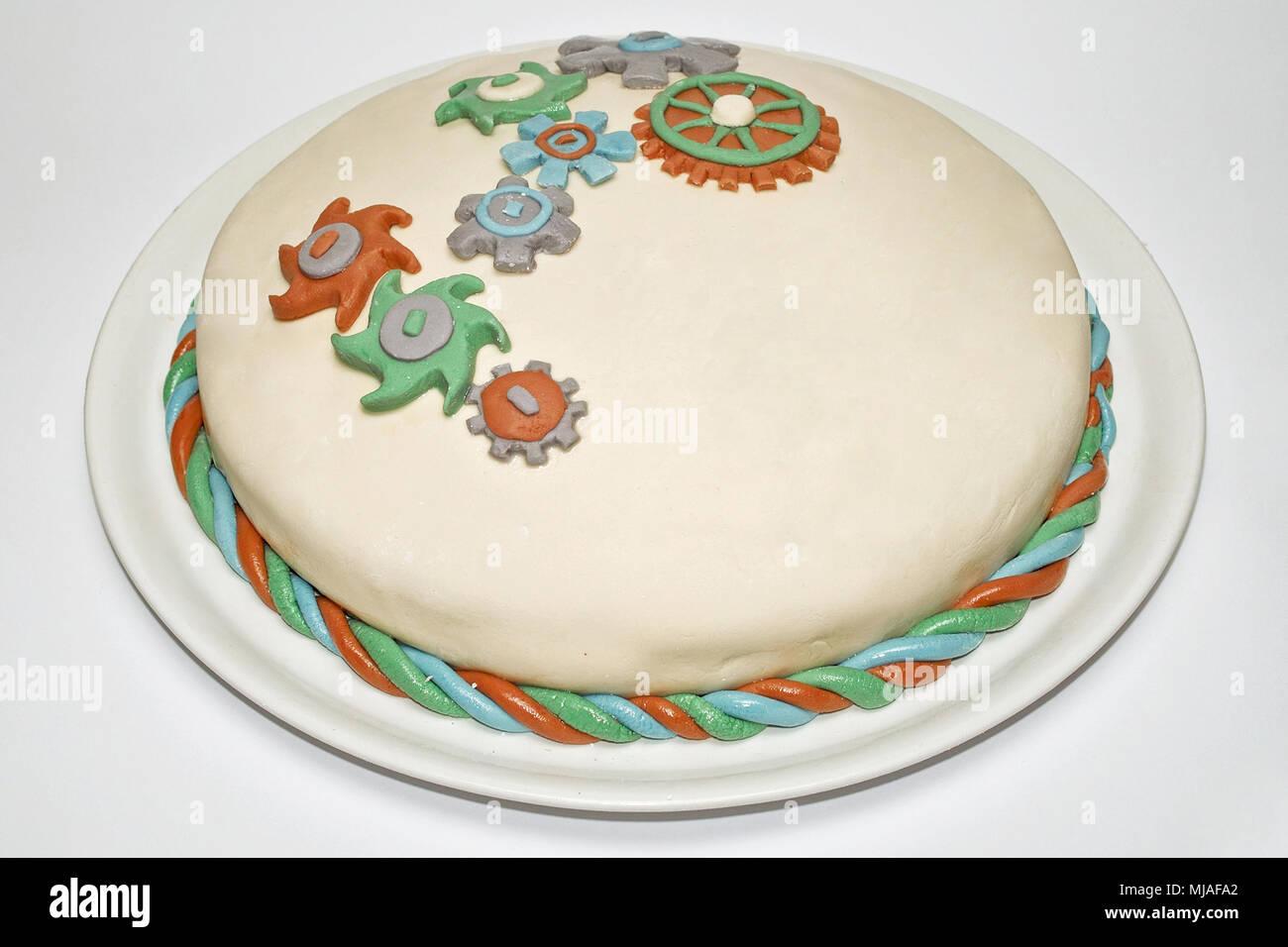 Tarta De Cumpleanos Con Adornos En Forma De Una Rueda Dentada Foto - Adornos-tarta