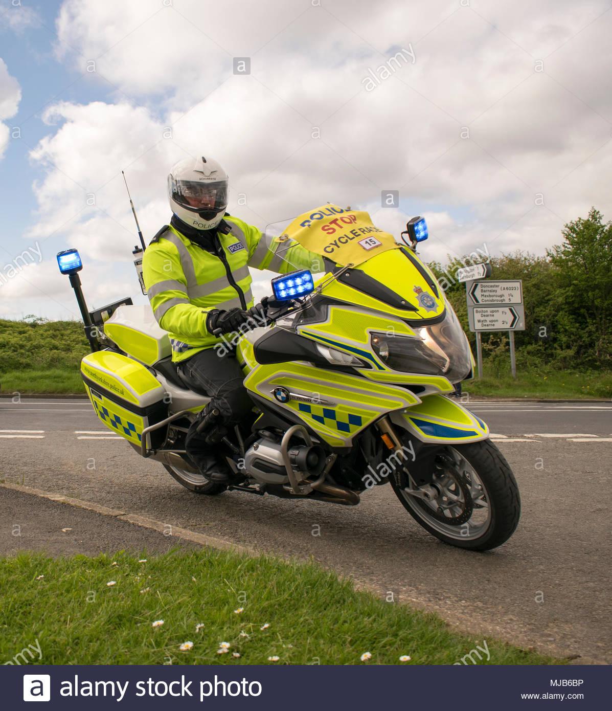 Motocicleta de la policía británica oficial de tránsito con el Tour de Yorkshire 2018 Fase 2 mujeres de raza, en Adwick a Dearne, Mexborough, Doncaster, South Yo Imagen De Stock