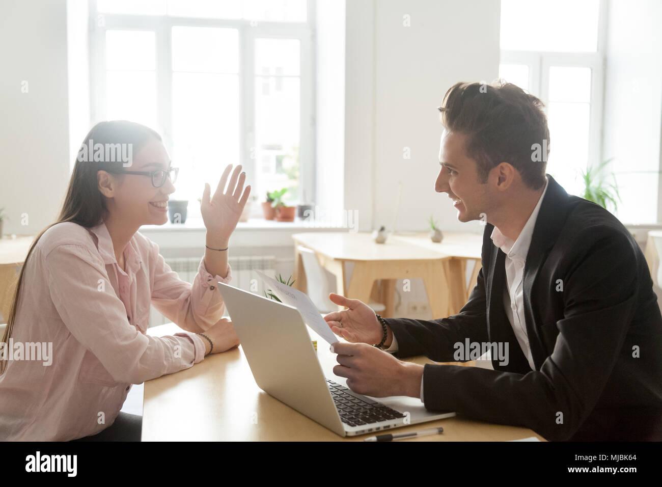 Hr y solicitante hablando riendo en una entrevista de trabajo, buena Impress Imagen De Stock