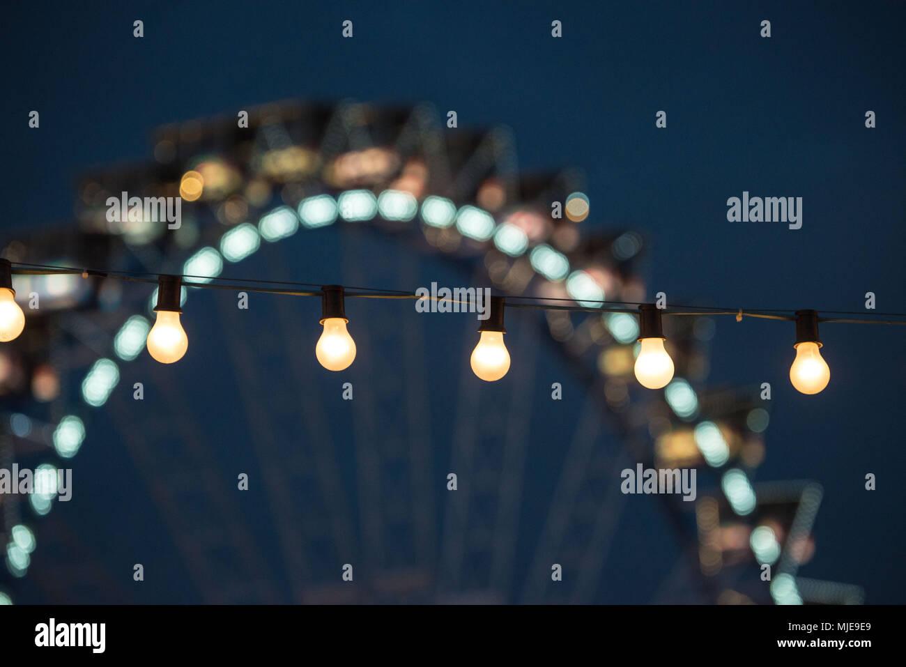 Cadena de luces y rueda gigante Foto de stock