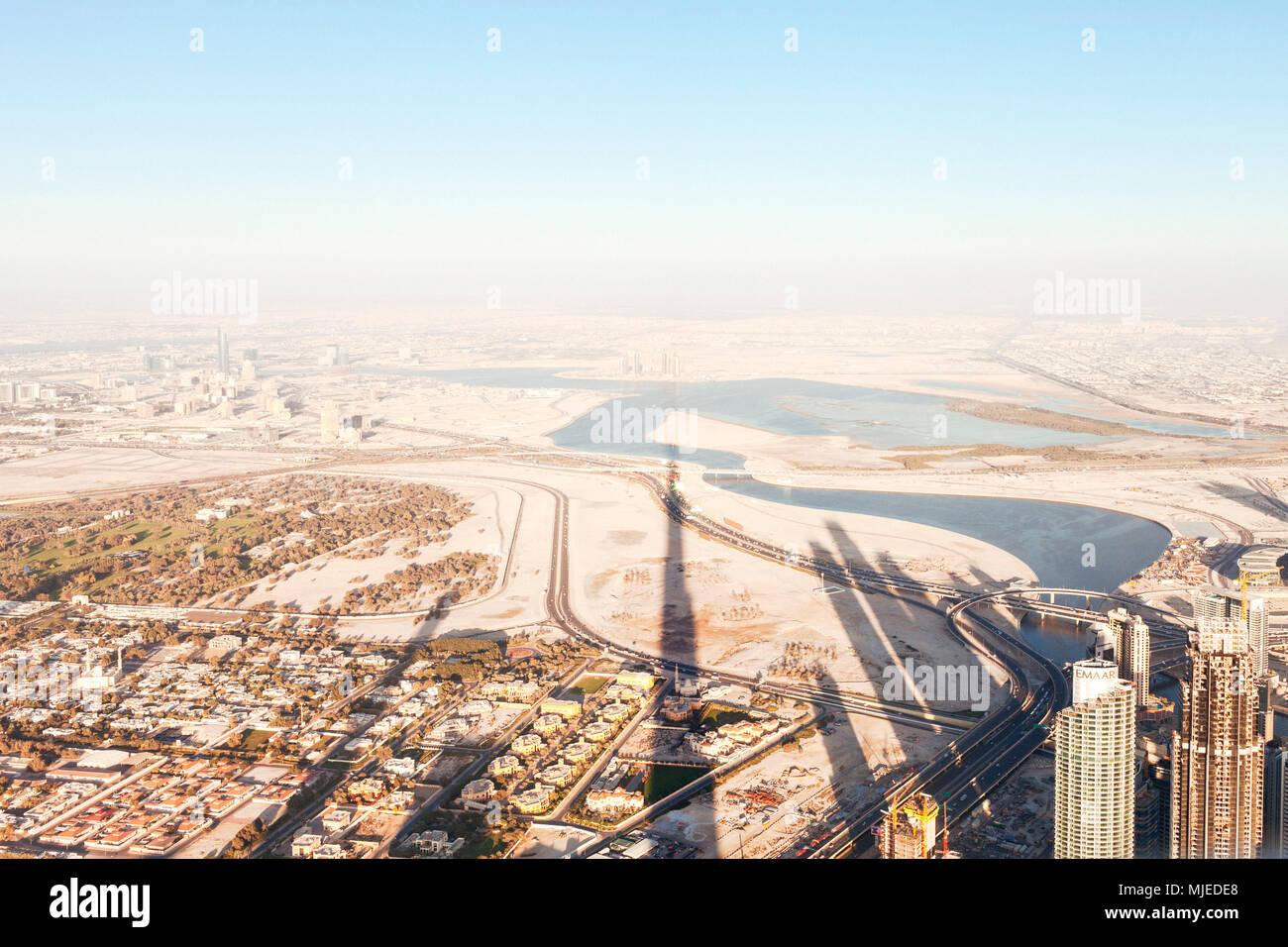 Dubai sunset con sombra de Burj Khalifa Foto de stock
