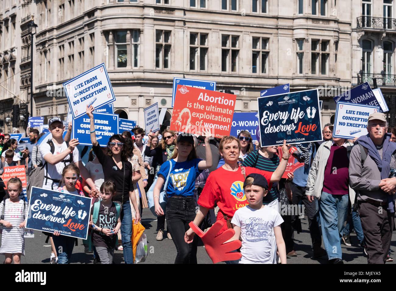 Londres, Reino Unido, 5 de mayo de 2018, los miembros de la Marcha por la vida en el Reino Unido celebró una marcha por el centro de Londres. Se enfrentaron con miembros del grupo de defensa del derecho al aborto que celebraban su propia protesta en la Plaza del Parlamento. Crédito: Adrian vestíbulo/Alamy Live News Foto de stock