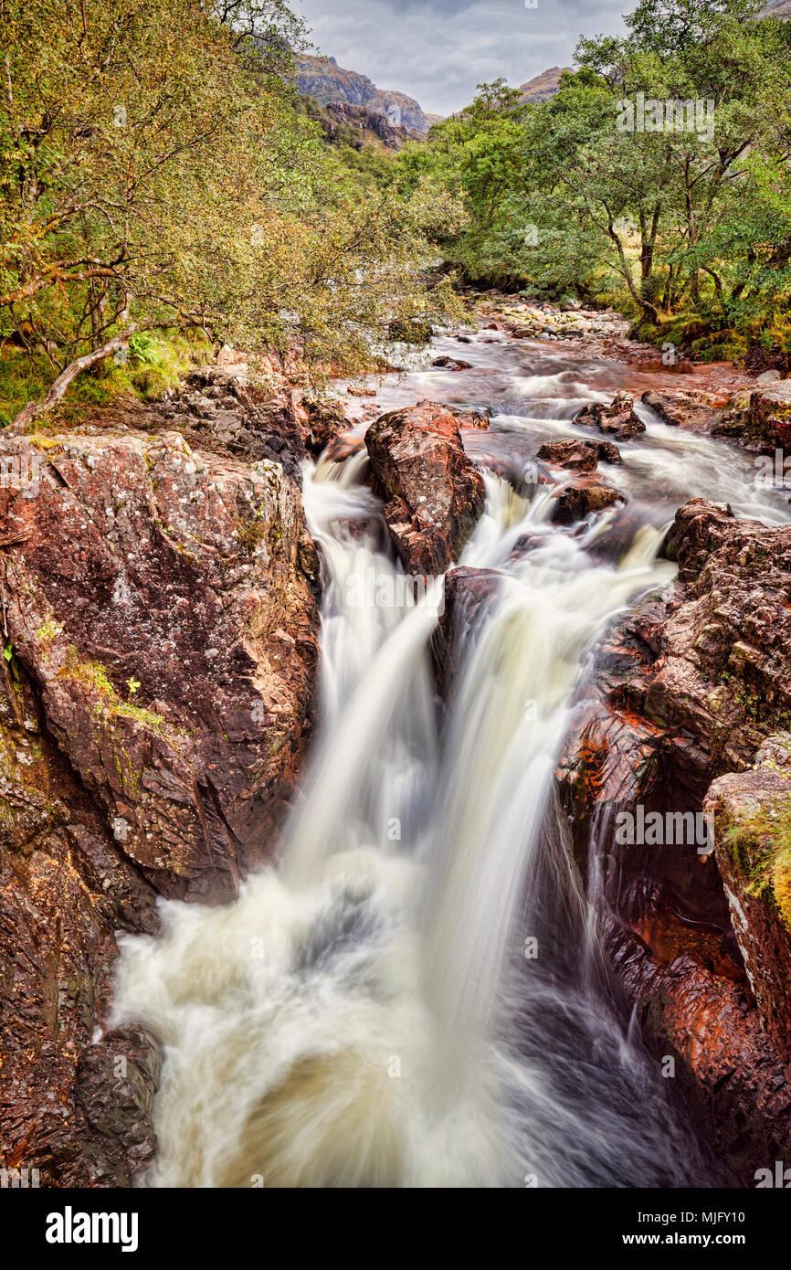 Las cataratas inferiores del agua de nieves, en Glen Nevis, Highlands, Escocia. Imagen De Stock