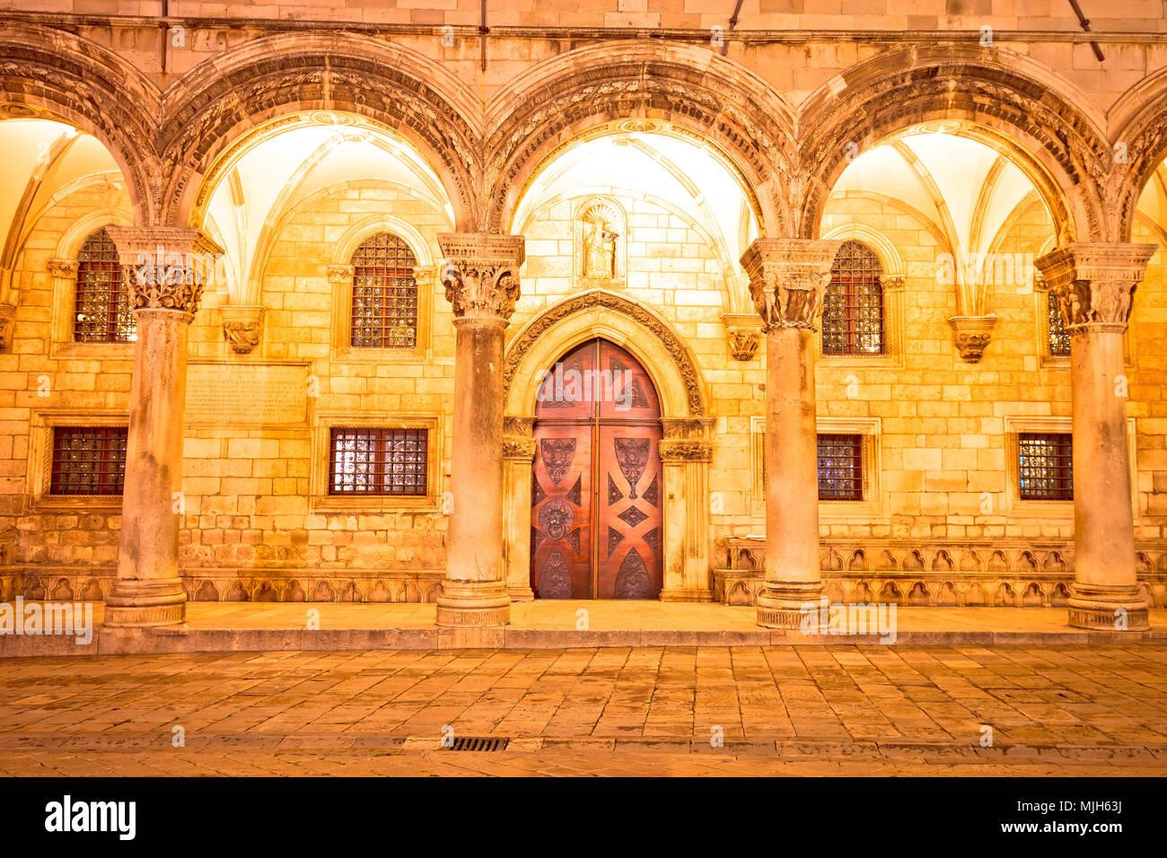 Dubrovnik calle arcos arquitectura histórica y vista por la noche, la región de Dalmacia en Croacia Foto de stock
