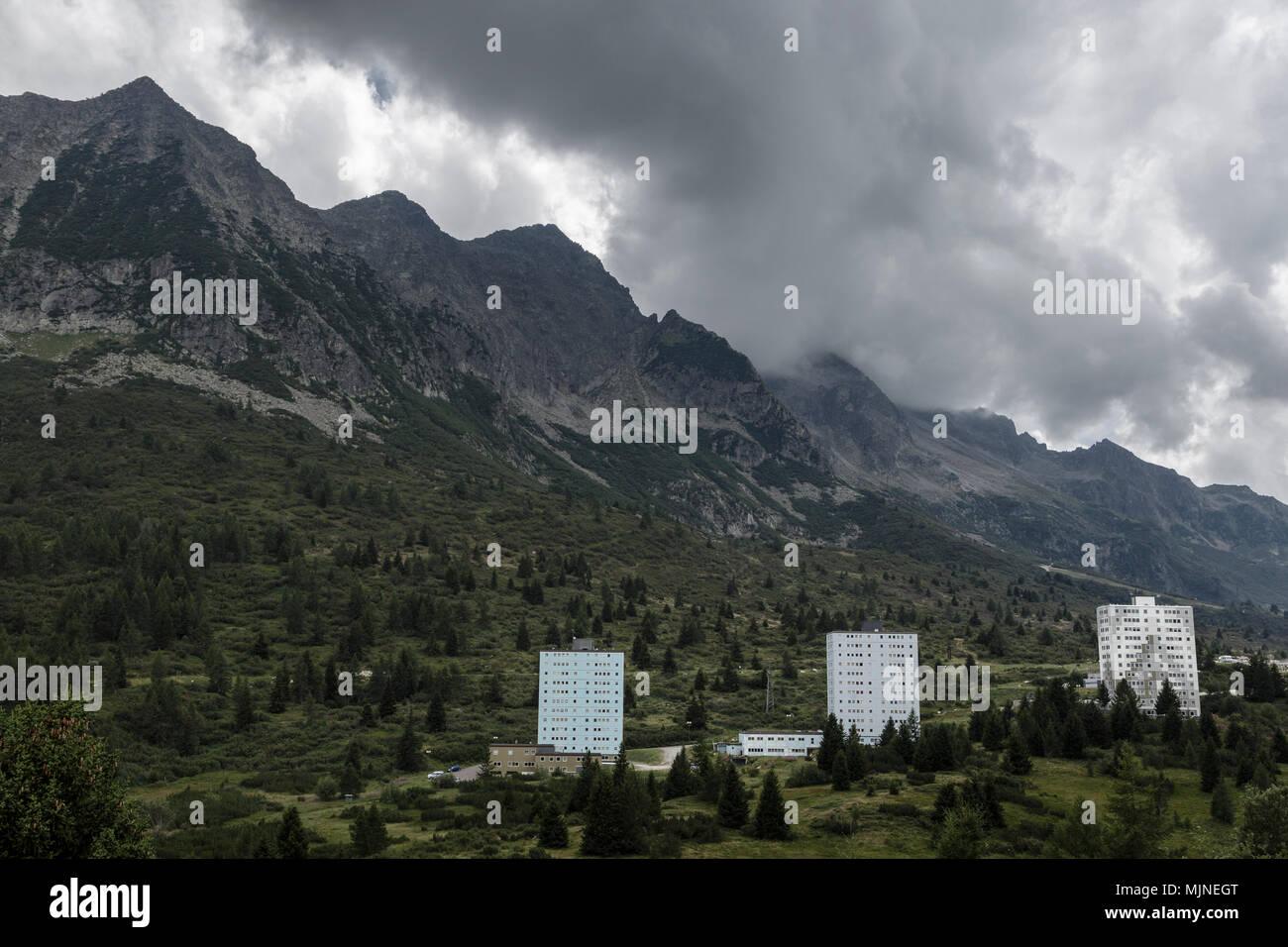 El complejo de esquí italiano de Tonale buscando sombría en el off-season. Imagen De Stock