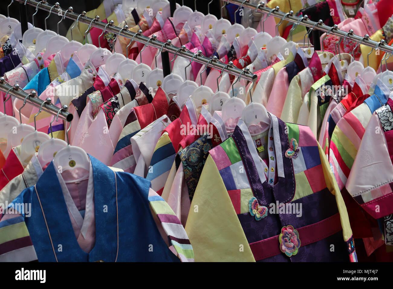 Colorida ropa infantil colgando de los racks en frente de una tienda en Seúl, Corea del Sur. Estas pequeñas chaquetas cosidas de muchas telas de colores. Imagen De Stock