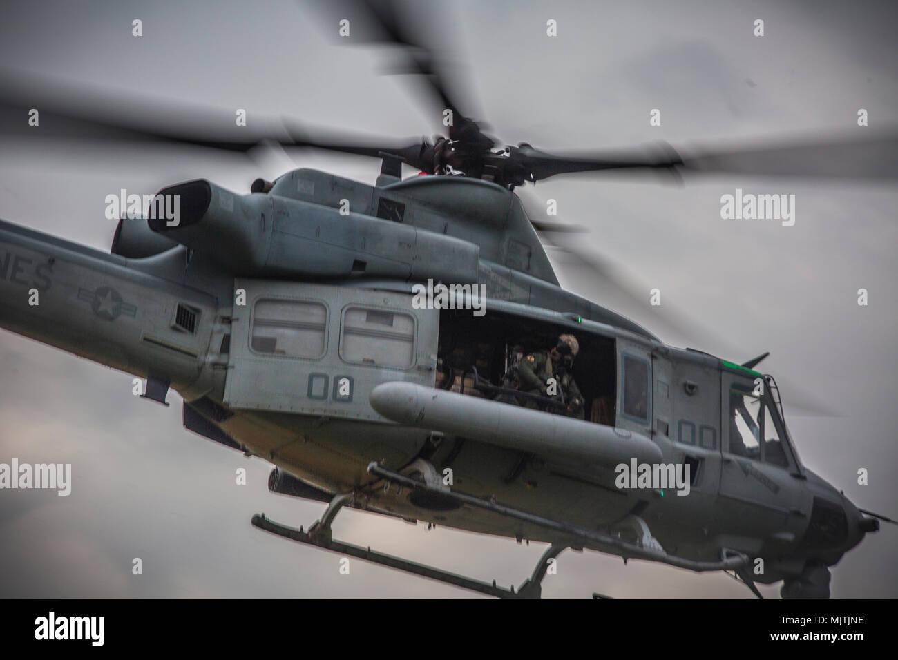 """El Teniente General Brian D. Beaudreault, comandante adjunto de los planes, políticas y operaciones, habla con el UH-1Y Venom tripulación en Camp Foster, Okinawa, Japón, 15 de diciembre de 2017. Luz marina 369 escuadrón de helicópteros de ataque siempre Beaudreault un vuelo alrededor de la Prefectura de Okinawa para evaluar la calidad de los servicios de la Marine Corps chowhalls. """"Gunfighters"""" dispuestos a actuar en un momento dado es crucial para mantener una más fuerte, más capaz transmita fuerza desplegada en la región del Pacífico Indo-Asia. HMLA-369, Marina, 3er grupo 39 aviones de alas de avión Marino, está actualmente desplegadas en virtud de la u Foto de stock"""