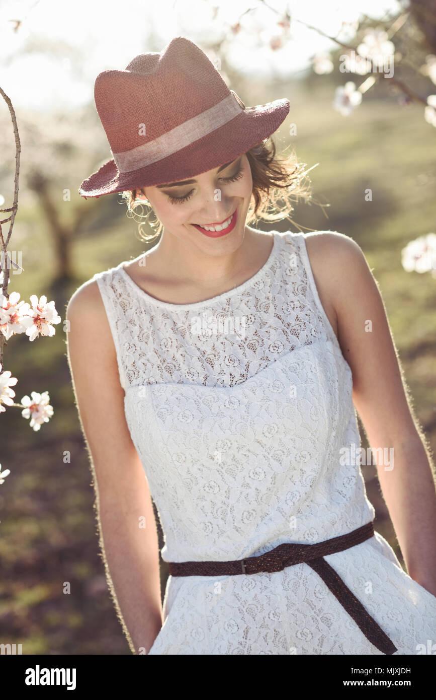 Retrato de mujer joven en el jardín florecido en la primavera. Flores  flores de almendra a64703092cf