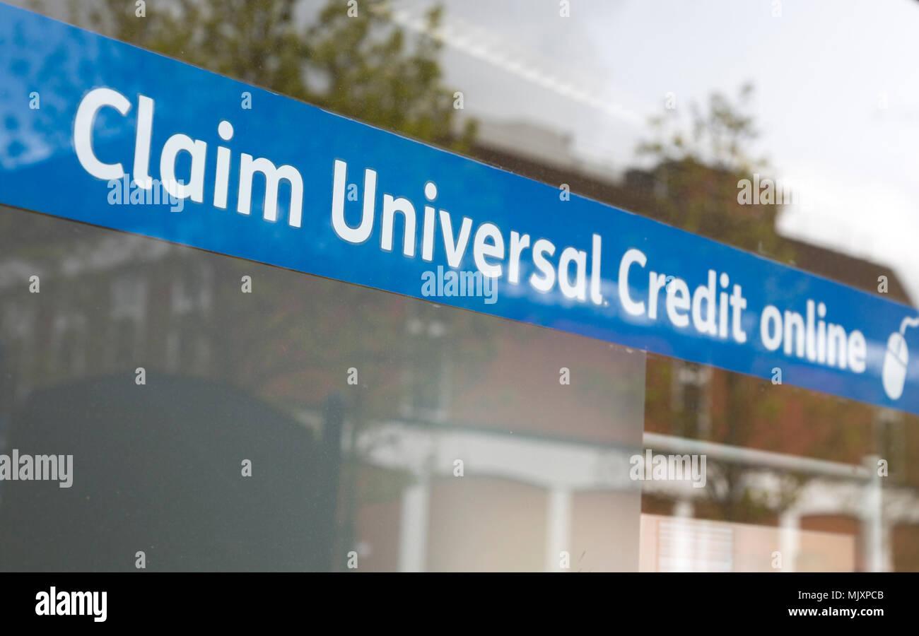 16f9da442ba4 Reclamar el crédito en línea Universal banner en la ventana de la oficina  Jobcentre Plus, Departamento de Trabajo y Pensiones, Devizes, Wiltshire, ...