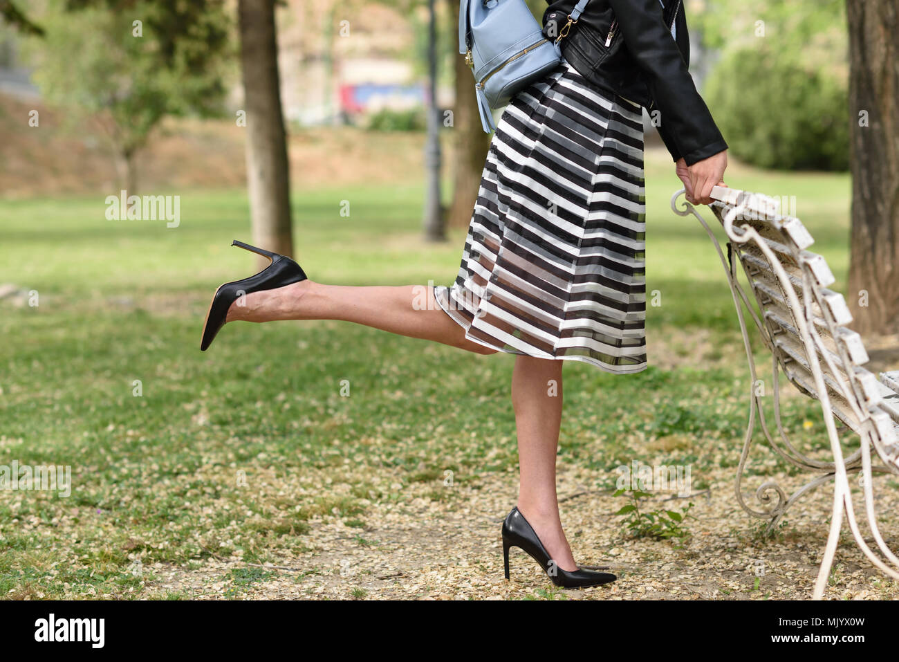 5598b81a1cab9 Retrato de mujer joven en el fondo urbano vistiendo ropa casual. Vestida de  falda a