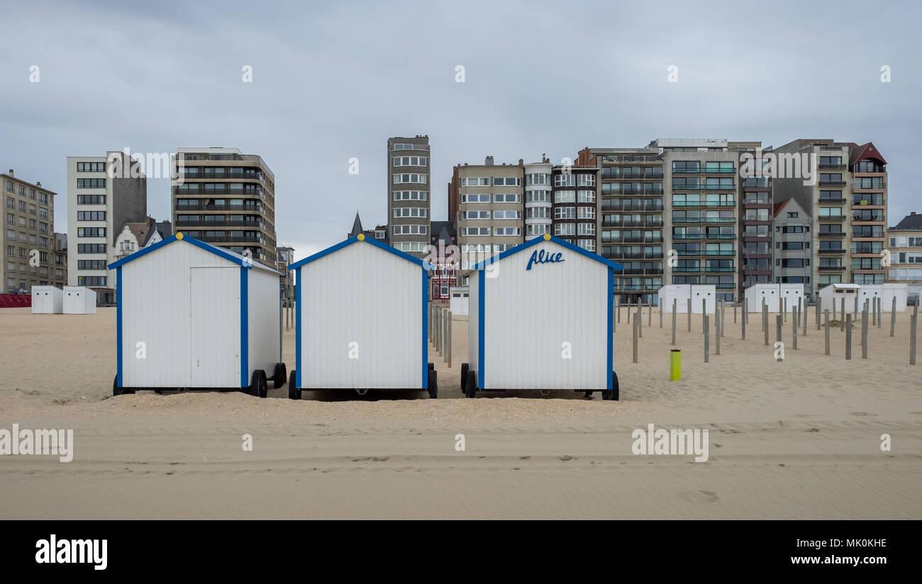 88d9c4a735c22 Fila de coloridas casetas de playa y edificios de apartamentos en la playa  de De Panne