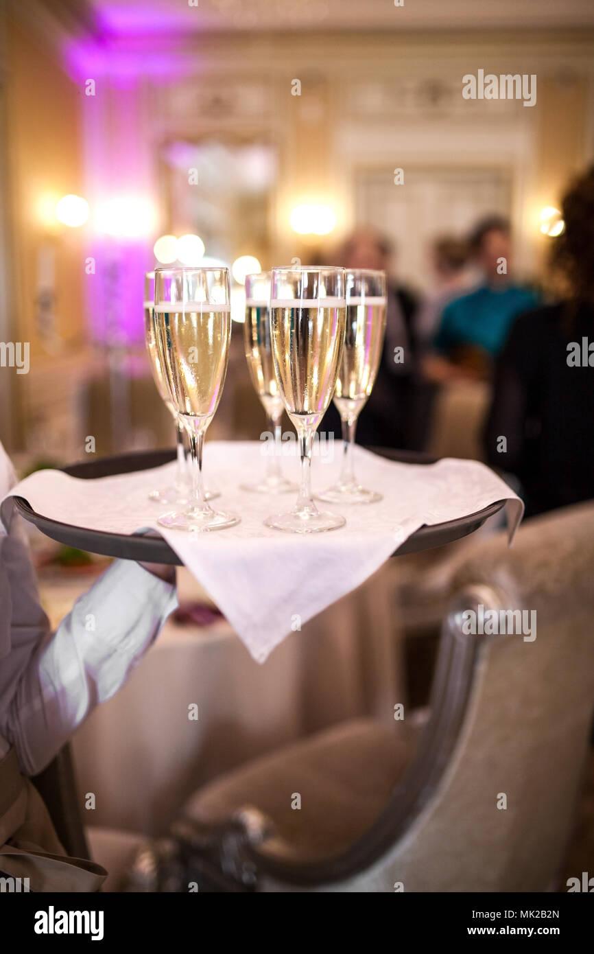 Camarero con copas de champán Foto de stock