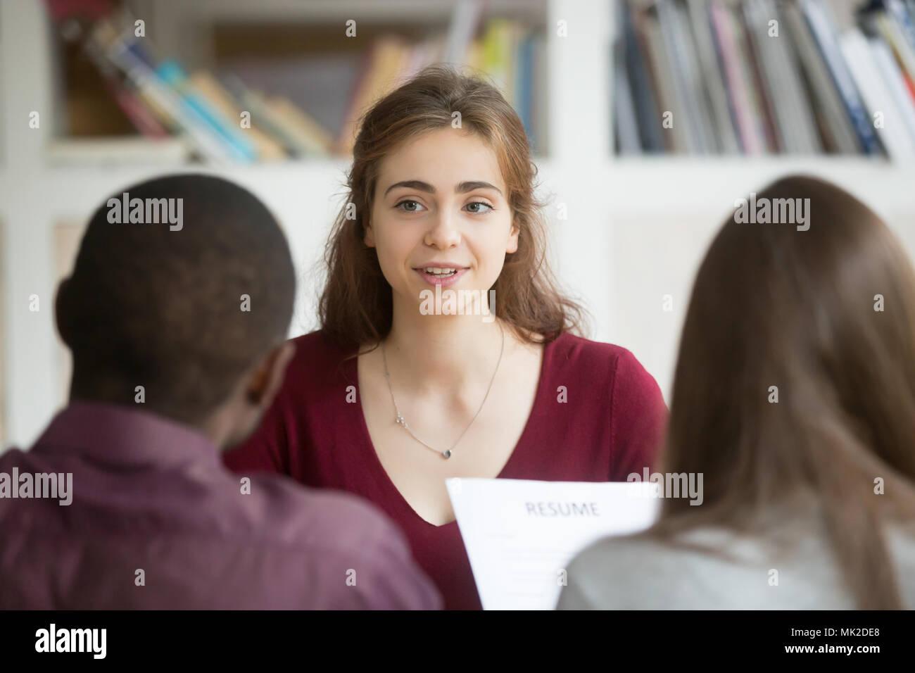 Solicitante femenino siendo entrevistado por jóvenes directivos Imagen De Stock